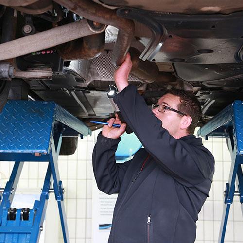 Mechaniker prüft Unterboden