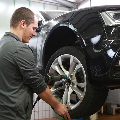 Mechaniker wechselt Reifen